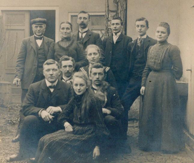 Familie Vreedenburgh ca. 1915. Cornelis zit op de tweede rij, met het hondje op schoot.
