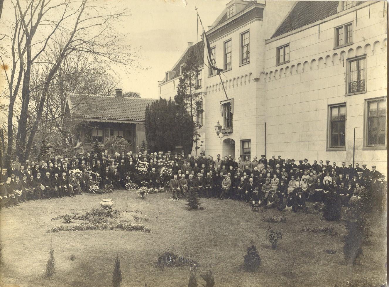 Ter gelegenheid van het 50-jarig bestaan van het Centraal Magazijn in 1923, werd het voltallig personeel van het Centraal Magazijn op de foto gezet.