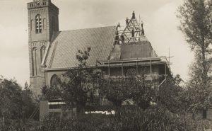 Foto van de reparatiewerkzaamheden aan het dak van de kerk, 1933.