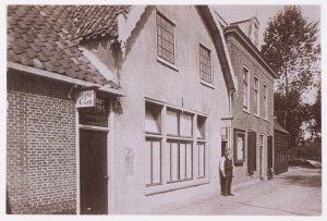 Schotsvarkens met geheel rechts het pand, waarin de raadzaal van Barwoutswaarder was gevestigd, circa 1925.