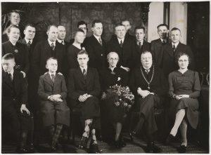Burgemeester Vonk (vooraan, de tweede van rechts), zijn gezin en het voltallig gemeentepersoneel, 4 januari 1939 (fotonummer B0211).
