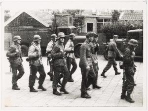 Duitse militairen in Bodegraven, een van de vele groepen mensen die het dorp tijdens de oorlog aandeed (fotonummer B0393).
