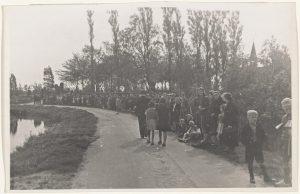 Oudewater trekt er na de noodlottige Bevrijdingsdag massaal op uit om de gevallenen te eren (fotonummer O0787).