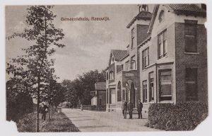 Het oude gemeentehuis van Reeuwijk voor de oorlog, met links vooraan G.B. van Leeuwen, ambtenaar ter secretarie en actief in het lokale verzet (R0045).
