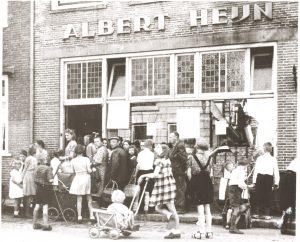 Uitreiking van gratis levensmiddelenpakketten aan inwoners van IJsselstein, mei 1945 (fotonummer Y0214).