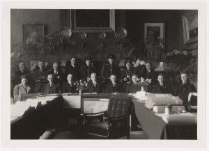 De eerste bijeenkomst in de raadzaal na de lange afwezigheid van burgemeester Abbink Spaink (fotonummer Y1513).