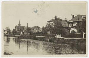 Uiterst rechts de burgemeesterswoning op de Van Teylingenweg 25, met daarnaast (links) het gemeentehuis.