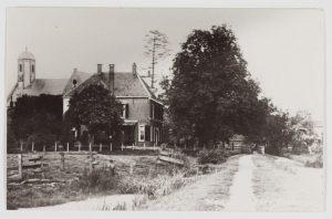 Gezicht op de hervormde kerk in Waarder vanaf het Kerkelaantje, rond 1900 (fotonummer D0207). Dit typische beeld van Waarder is tot op de dag van vandaag weinig veranderd.