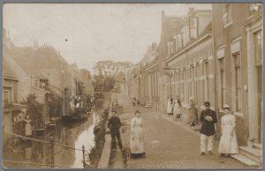 Gezicht op de Haven, gezien naar het noordoosten vanaf de Visbrug richting de Wittepaardsbrug, met links de huizen aan de Voorstraat en rechts de huizen aan de Havenstraat.