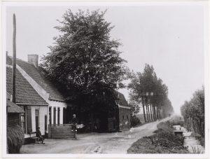 Links de voormalige raadkamer, waar het gemeentebestuur van Hoenkoop van 1852 tot 1925 vergaderde (fotonummer O0945).