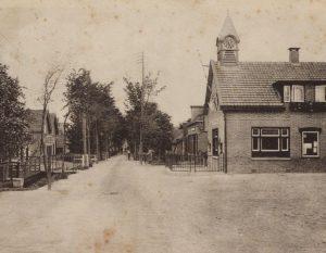 Gezicht op de Kerkweg vanaf de brug in Driebruggen met rechts het gemeentehuis van Lange Ruige Weide, 1925-1935 (fotonummer D0108).