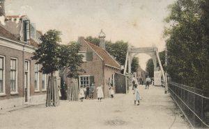 Gezicht op de Bruggemeestersstraat gezien richting het noorden, met de tolbrug op de achtergrond, rond 1890-1900 (fotonummer B0735).